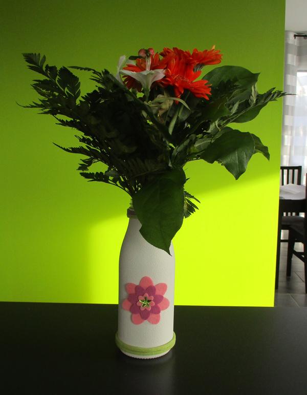 encore un vase en Ceramik Effect et des fleurs