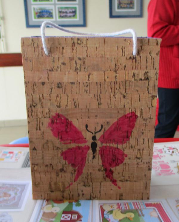 Un sac en bois recouvert de liège décoratif