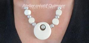 Un collier Rond en Pardo et perles en verre