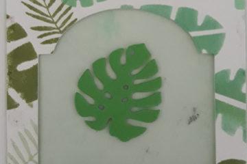 Une carte avec des feuilles tropicales